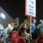 """ביבי לא גזרה משמים, אנשי דעם בהפגנה במוצ""""ש ה-8.8 בתל אביב."""