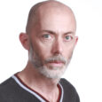 """<img class=""""alignright"""" src=""""http://heb.daam.org.il/wp-content/uploads/2012/12/Lahav_1.jpg"""" alt="""""""" width=""""114"""" height=""""152"""" />נולד ב-1965 בנצרת עילית, אב לשניים, למד בבצלאל אקדמיה לאמנות ולעיצוב בירושלים, מעצב גרפי. התחיל לצעוד עם דעם בהפגנות של קיץ 2011. """"מצאתי שזו הסביבה הנוחה ביותר בשבילי, לא היה שום מרחב אחר שבו יכולתי להרים את הפוסטר שלי: """"הכובש דורש צדק חברתי, הנכבש מבקש צדק"""", ולהרגיש שכולם מדברים איתי באותה שפה."""